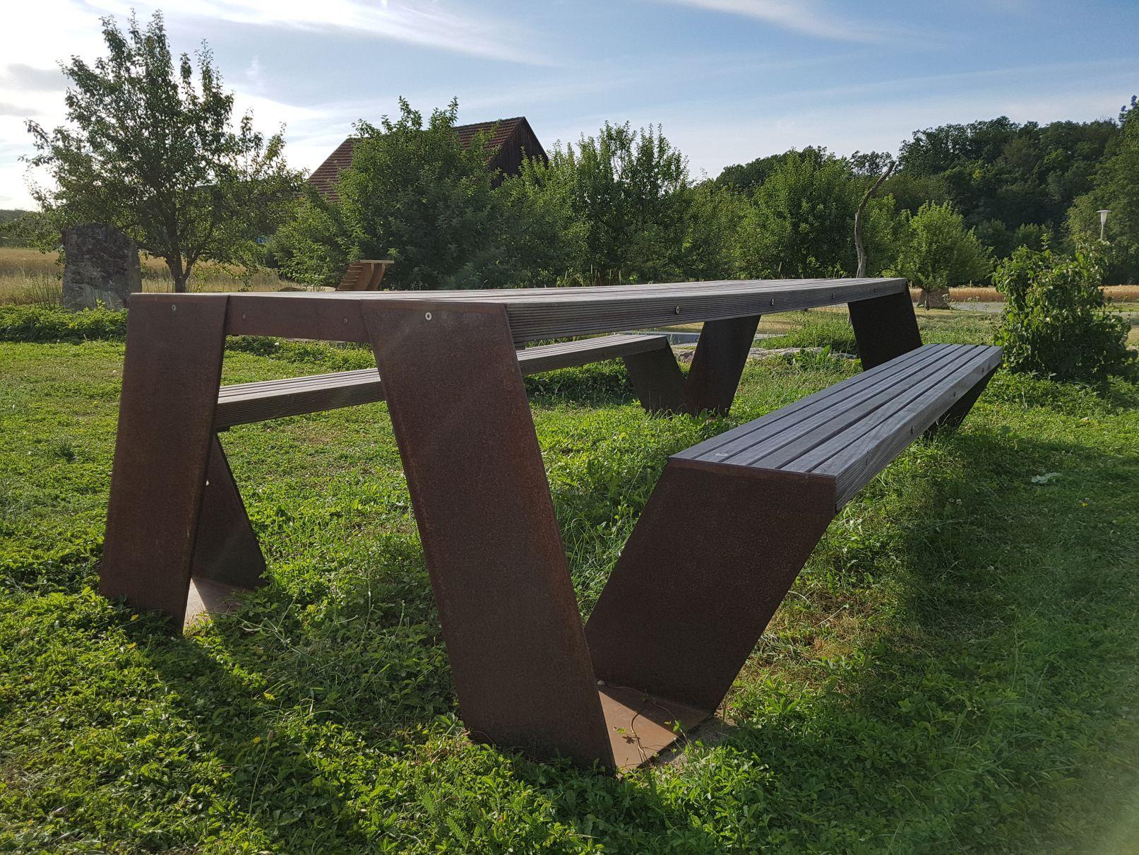 Der Tisch Ist 3 65 M Lang Und Besteht Aus 70 Mm Starken
