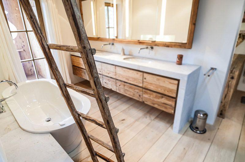 Freistehende badewanne im badezimmer mit altholz ideen for Badezimmer ideen mit badewanne