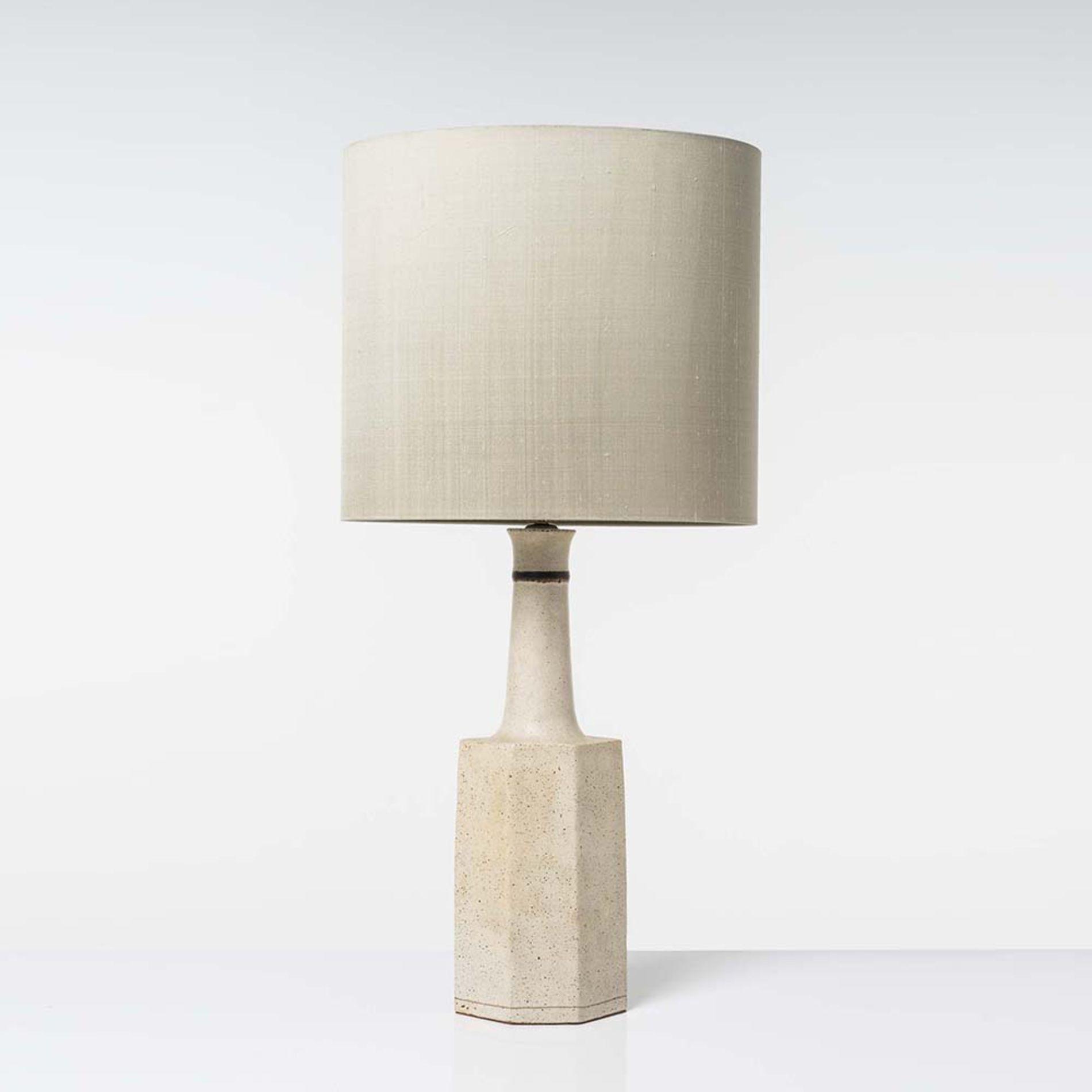 41c95266c29 Bruno Gambone (né en 1936) Lampe de table Céramique émaillée et laiton  Signée
