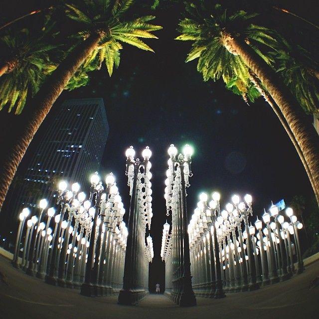 LCMA er et av de mest populære kunst-museene i LA! Ikke gå glipp av Insta-muligenten mellom disse lyktestolpene!