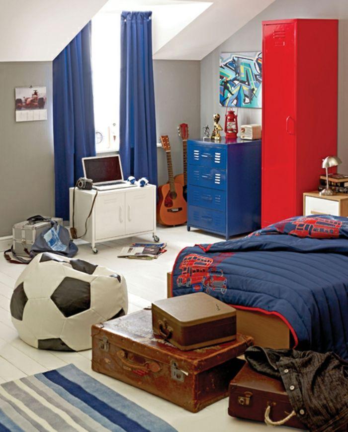 originelle wanddekoration und blaue gardinen im kinderzimmer für