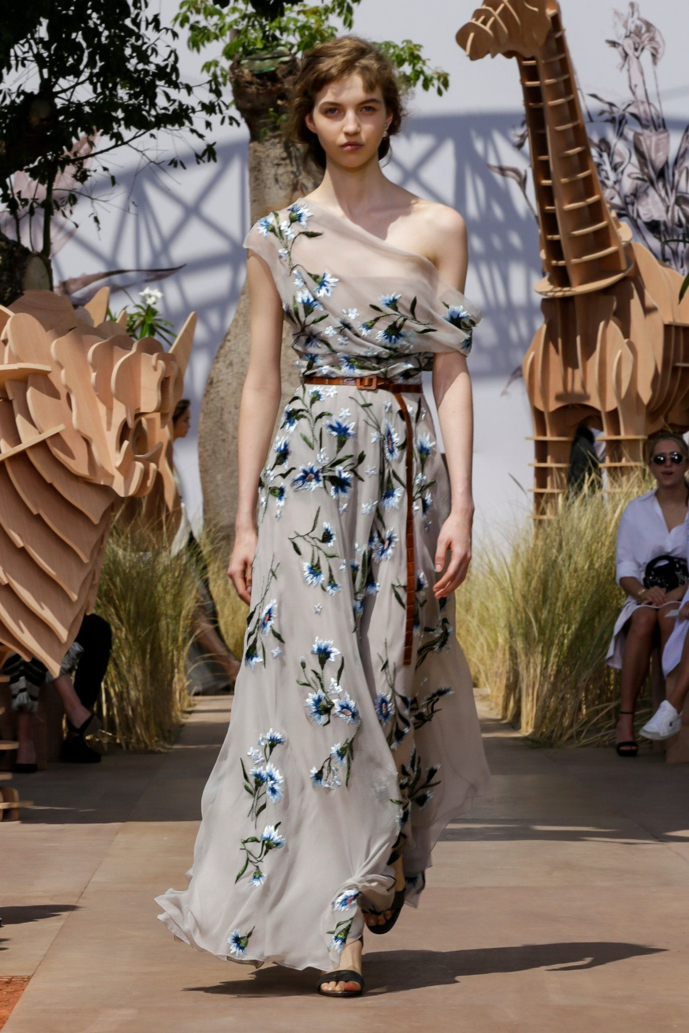 On 3 July at come to the Autumn-Winter Haute Couture show. 757dccb5ca608