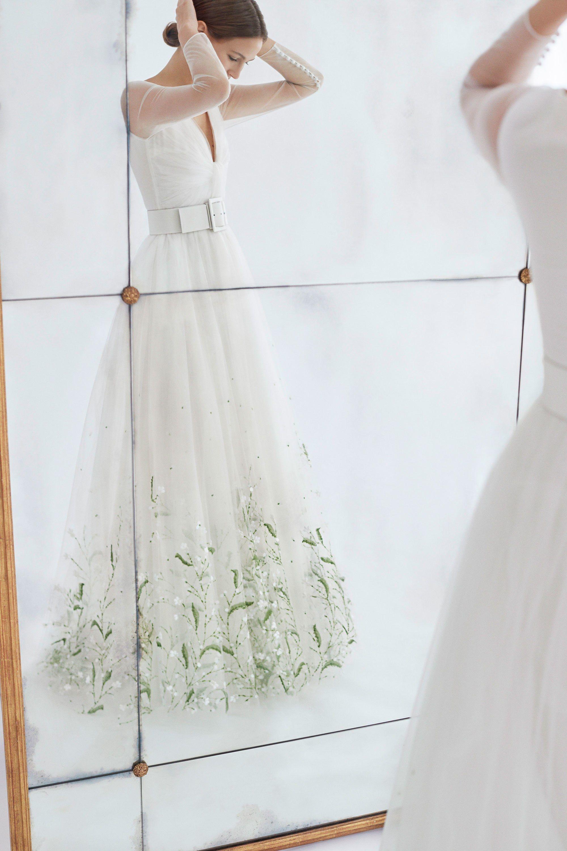 Os vestidos de noiva românticos de Carolina Herrera para o inverno 2018 -  Vogue   Desfiles 2a535722e8