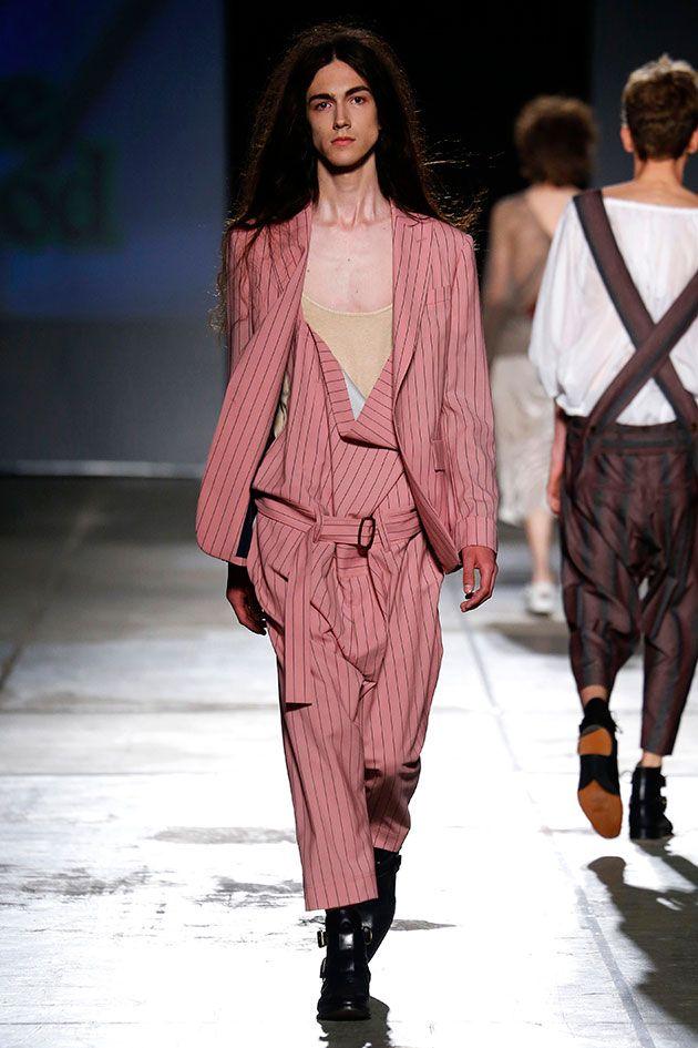 A coleção de primavera-verão 2017 de Vivienne Westwood apresentada na Semana de Moda Masculina de Milão é tudo isso e ainda trouxe um vídeo antes do desfile começar pedindo ao presidente Barack Obama