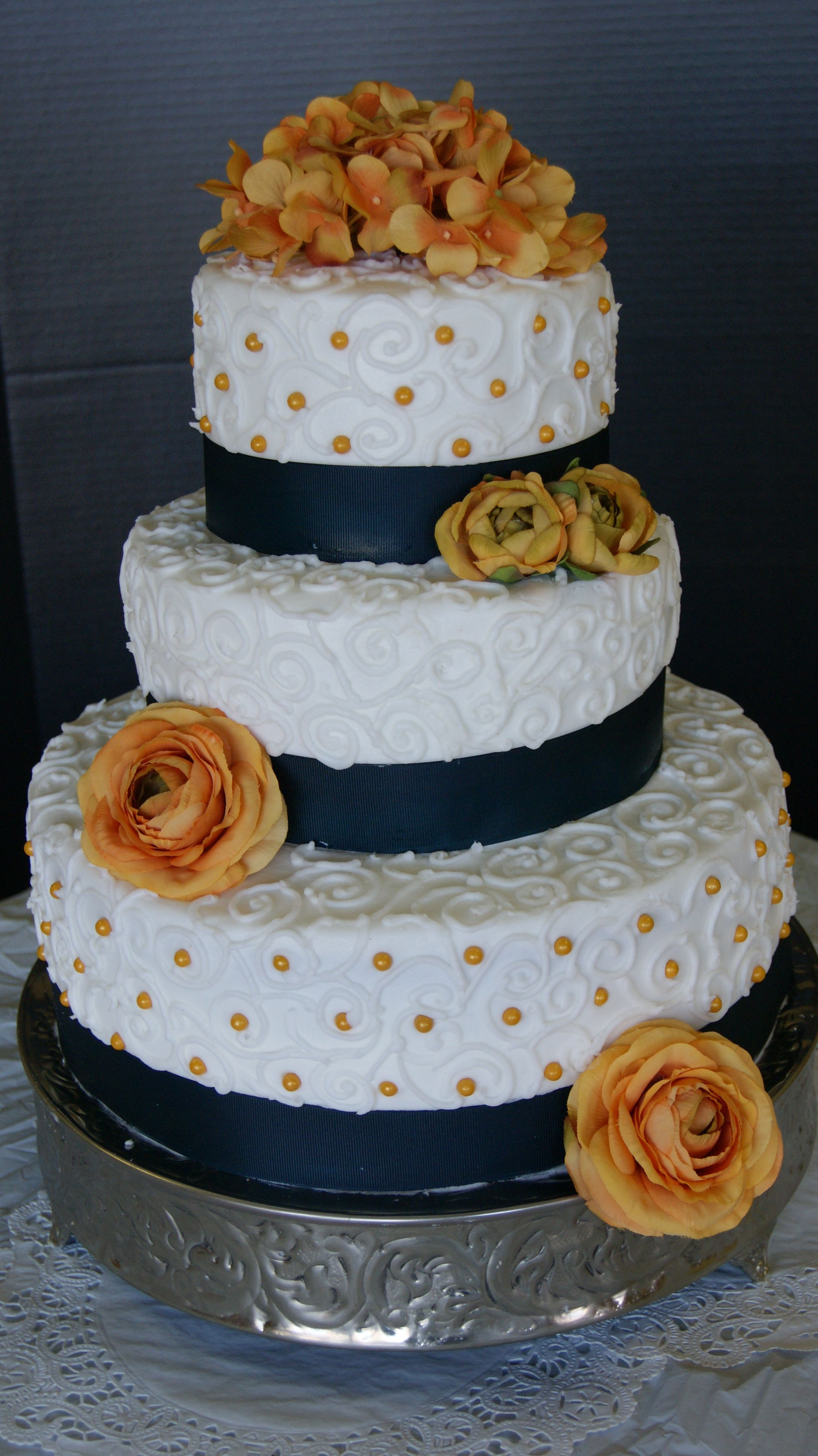 3 tier ivory country buttercream wedding cakes | left three tier vanilla buttercream cake with buttercream piping we