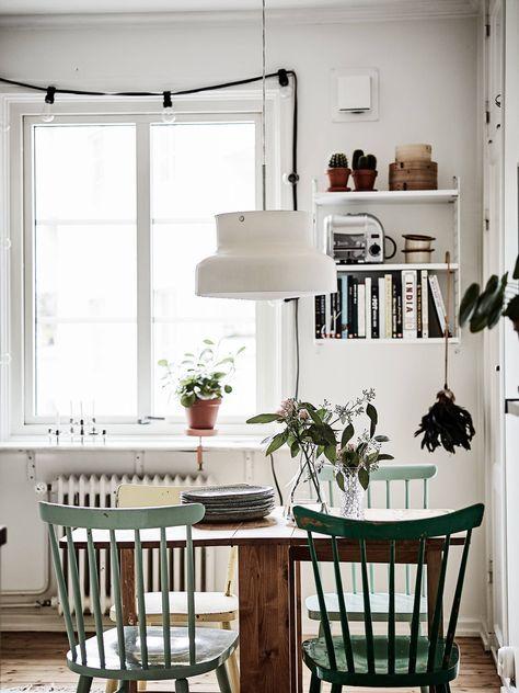 Gemütlicher Essbereich mit grünen Stühlen und schönem Holztisch