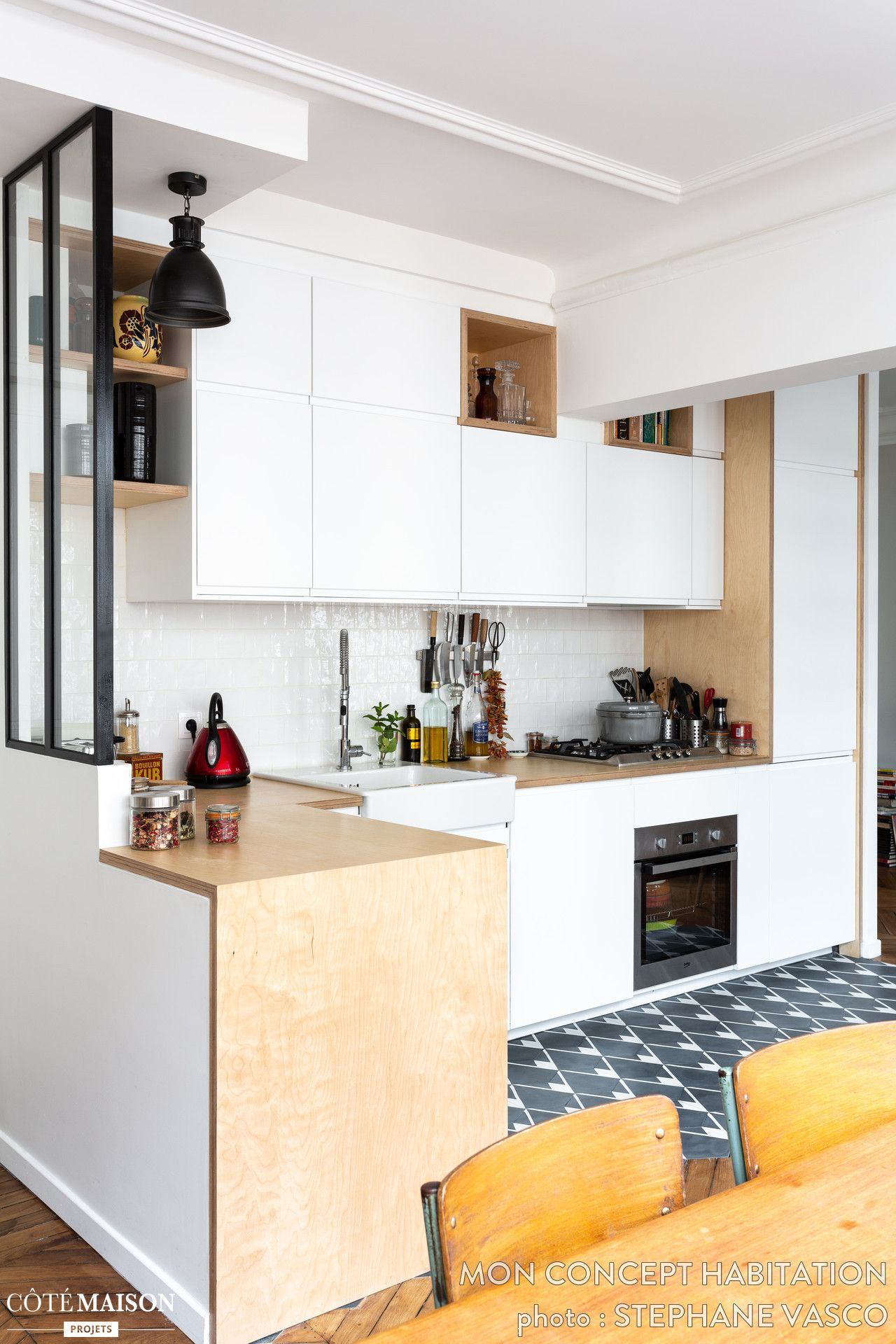 Une mini verrière sépare cette cuisine en l du reste de l