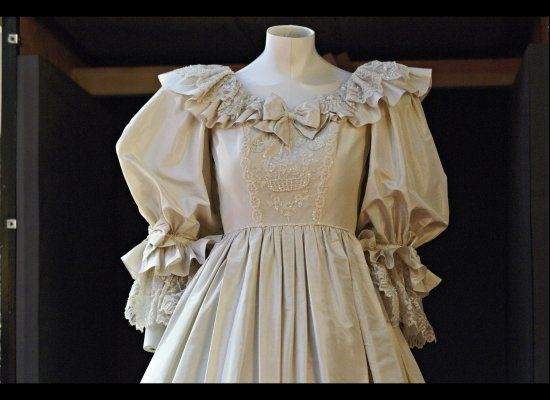 Princess Diana Wedding Dress Exhibit Debuts In Minnesota S Mall Of America P Princess Diana Wedding Dress Princess Diana Wedding
