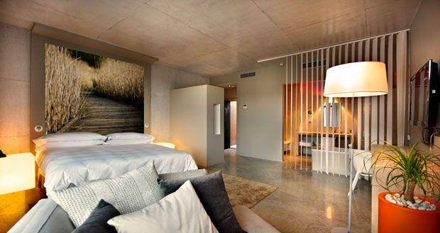 Hotel parece pilha de caixotes prestes a desabar  Casa Vogue  Lazer&Cultura  Redação - 29/02/2012  http://casavogue.globo.com/lazer-cultura/hotel-parece-pilha-de-caixotes-a-desabar/