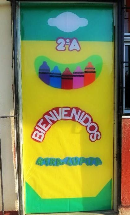 Puerta decorada de crayolas bienvenidos spanish in the for Decoracion de puertas de salon de clases