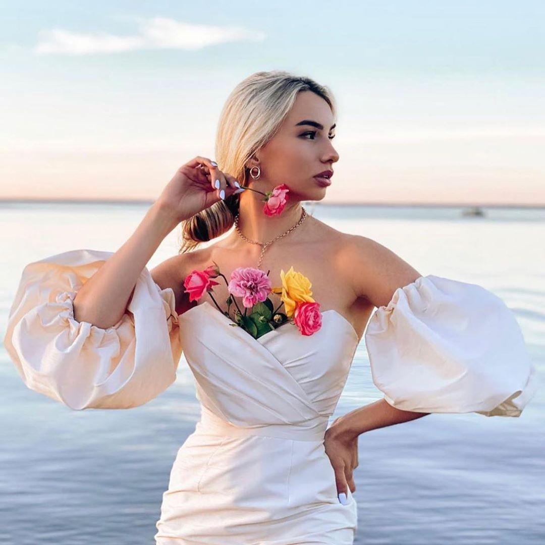 فستان اوف وايت باكمام منفوخة متوسط الطول Trending Lifestyle Ethnicwear Beauty Instagood Outfitoftheday Cla Dresses Fashion Daily Fashion Inspiration