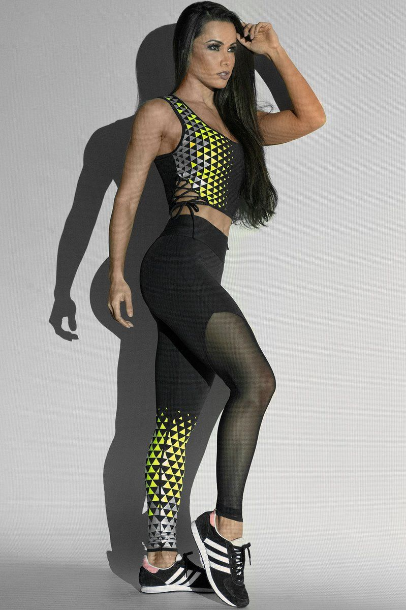 774a3cd3b5a7 Legging Glow BlushCor preta com tule na perna direita.Silk emborrachado  amarelo e prata na perna esquerda.Tecido: Suplex. Composição: 90% poliamida  e 10% ...