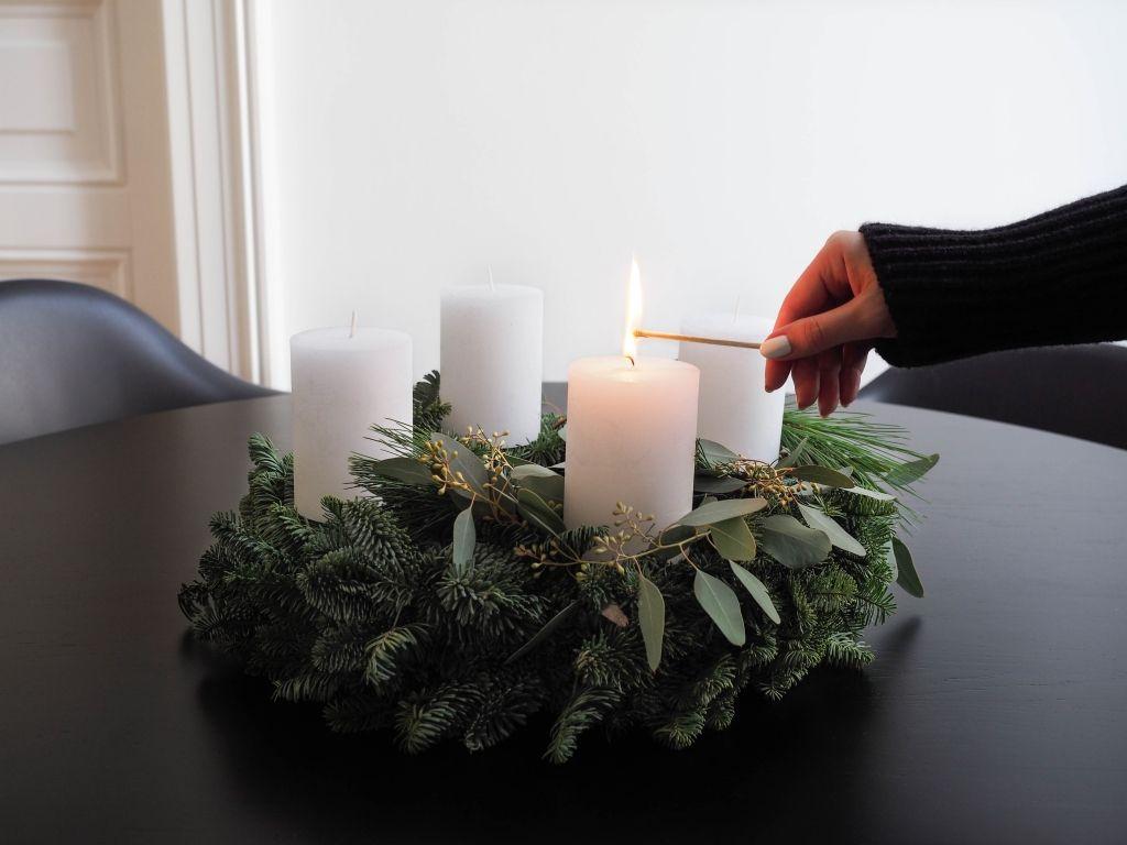 schlichter adventskranz aus tanne eukalyptus und kiefer. Black Bedroom Furniture Sets. Home Design Ideas