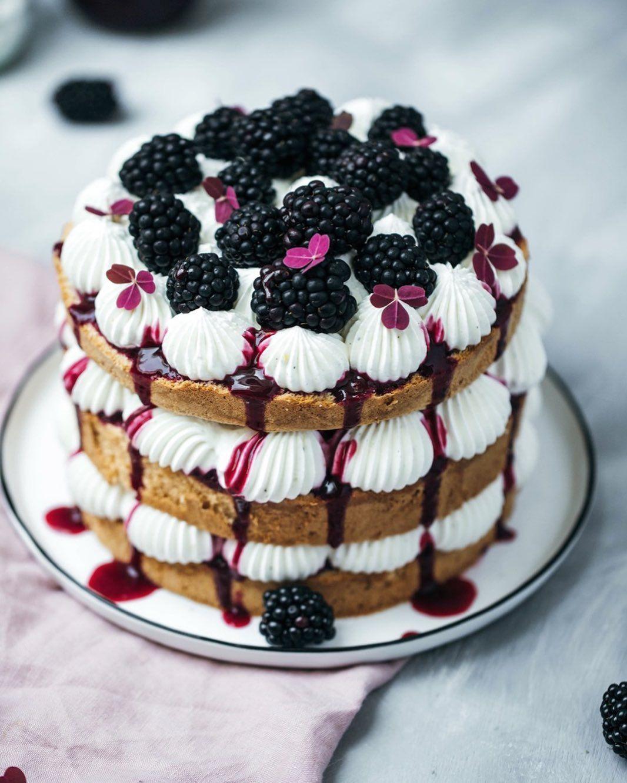 Das Rezept für diese Brombeer-Biskuit-Torte findet ihr neu auf dem Blog #brombeeren #torte #tortenliebe #nakedcake #... #brombeerenrezepte