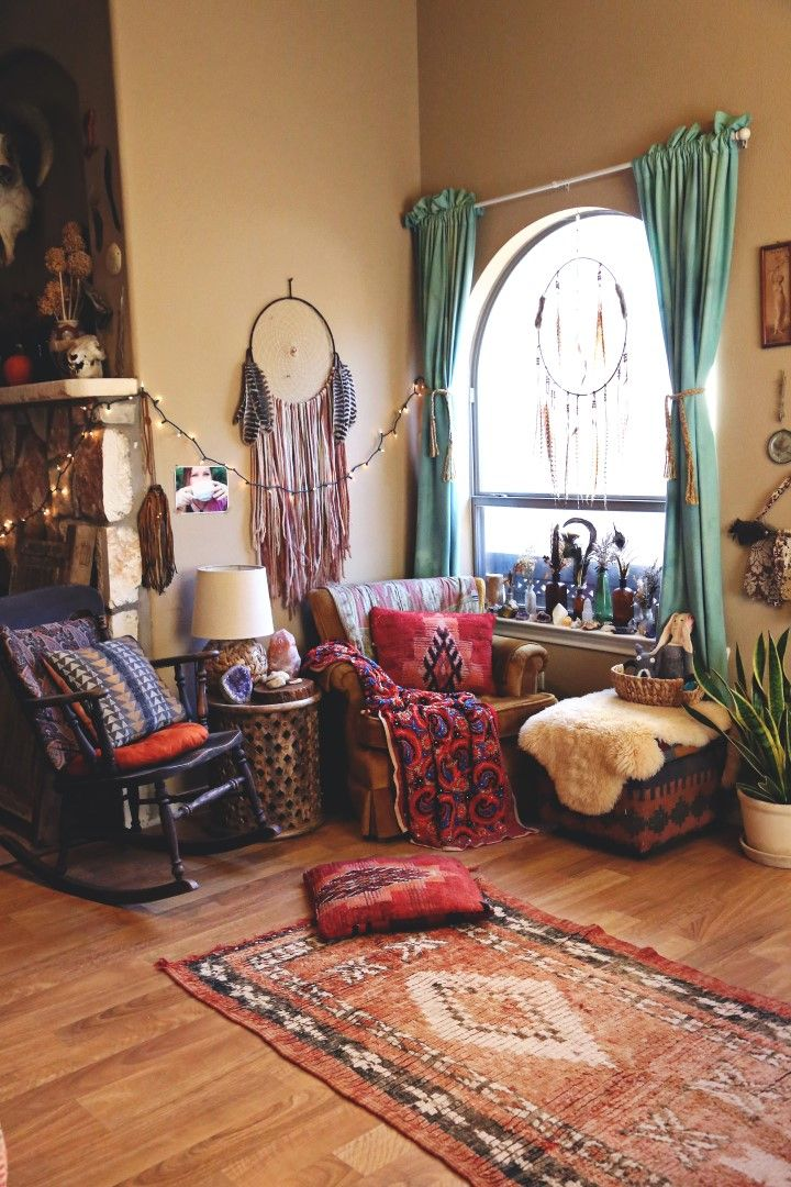 A COZY BOHO NOOK + DINING AREA Bohemian apartment decor