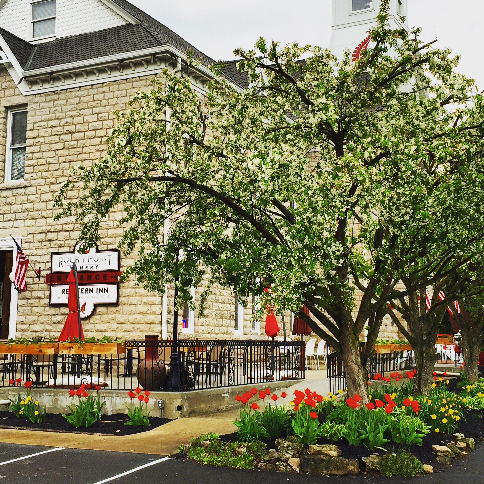 Some Businesses Really Get The Power Of Flowers Gardens And Curb Appeal Most Don T Red Fern Inn At Rocky Poi Curb Appeal Flower Garden Spring Garden Flowers