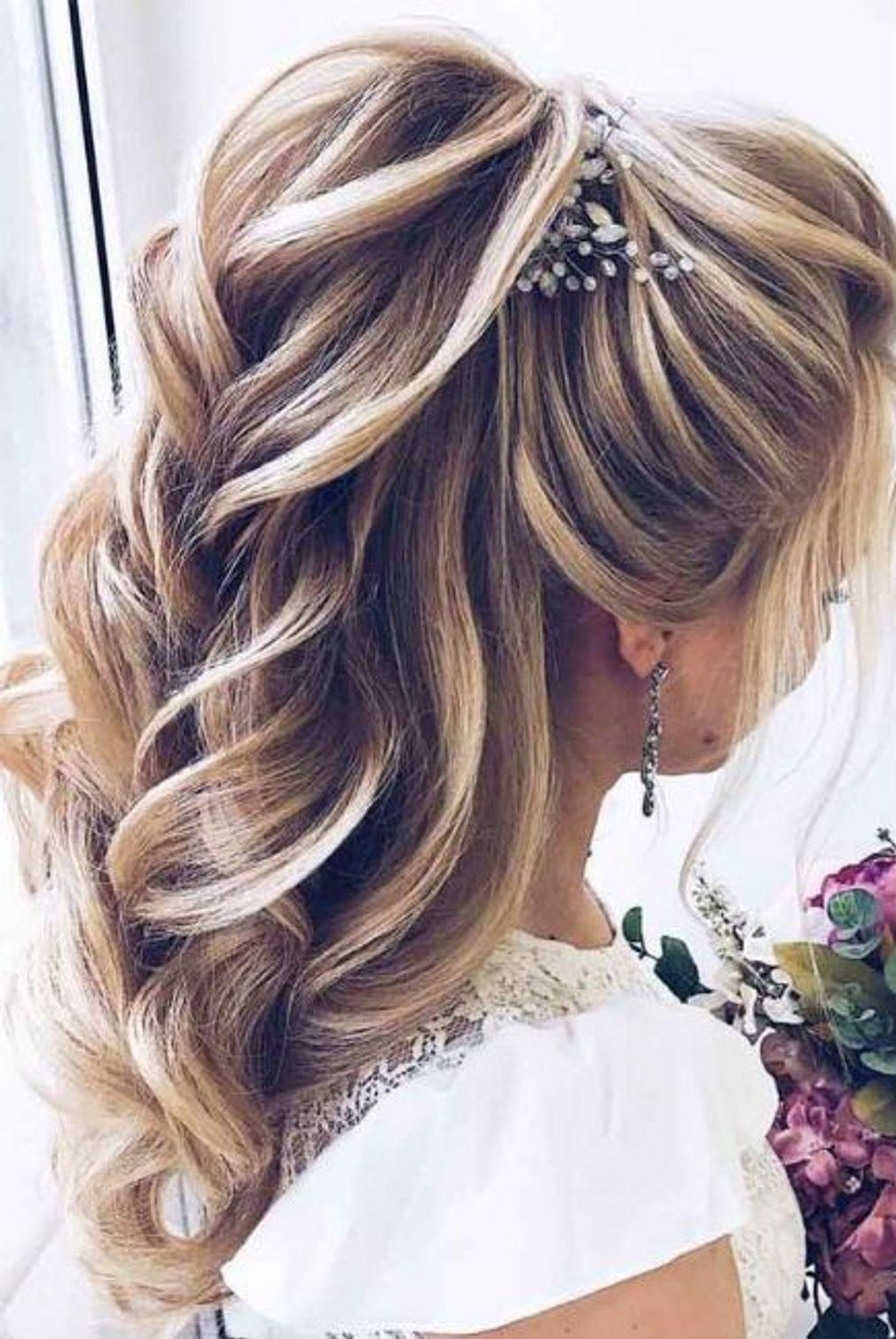 Coiffure de mariage queue basse structurée et bijoux en