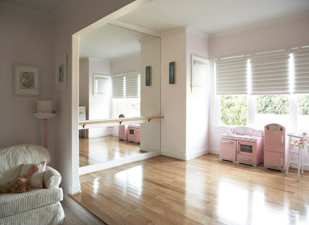 Pared con espejo y barra de ballet habitaci n ni a for Espejo y barra montessori