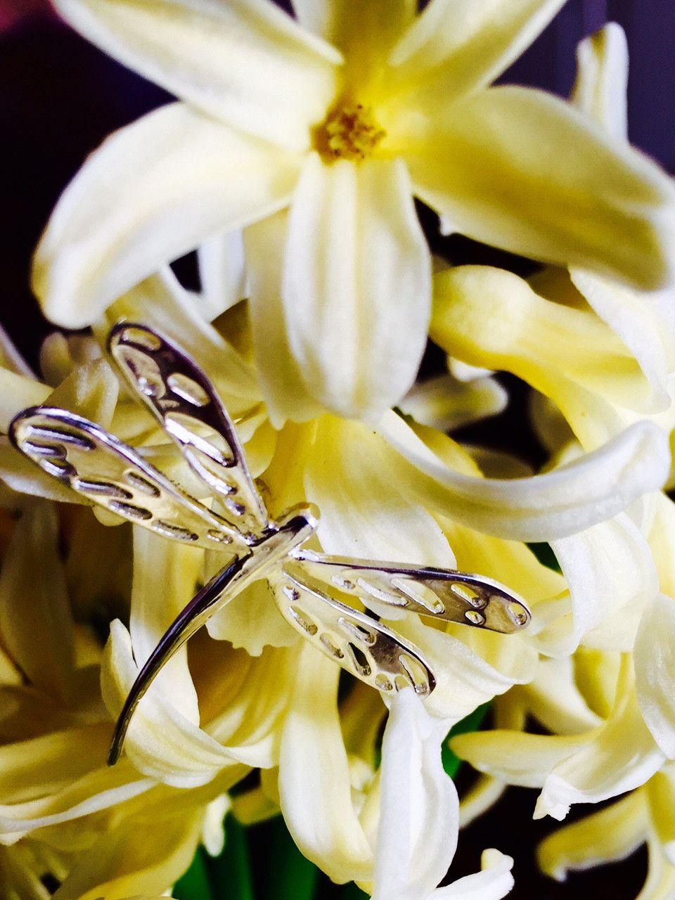 Ha nacido una joyería con vocación medioambiental!  Gargantilla de plata Caballito del diablo sobre flores