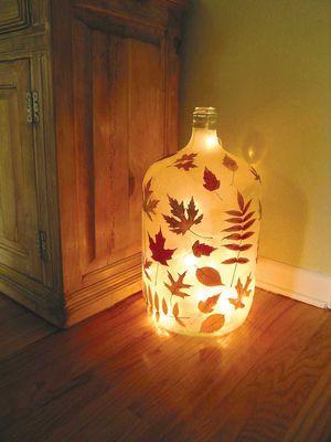 大きいボトルは 中にイルミネーションライトを入れて 秋満喫 メイソンジャーで作る落ち葉のキャンドル naver まとめ wine jug crafts bottle crafts wine bottle crafts