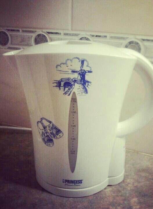Lekker kopje thee zetten in onze nieuwe waterkoker. Leuk he dat molentje en klompjes. Echt Nederlands.