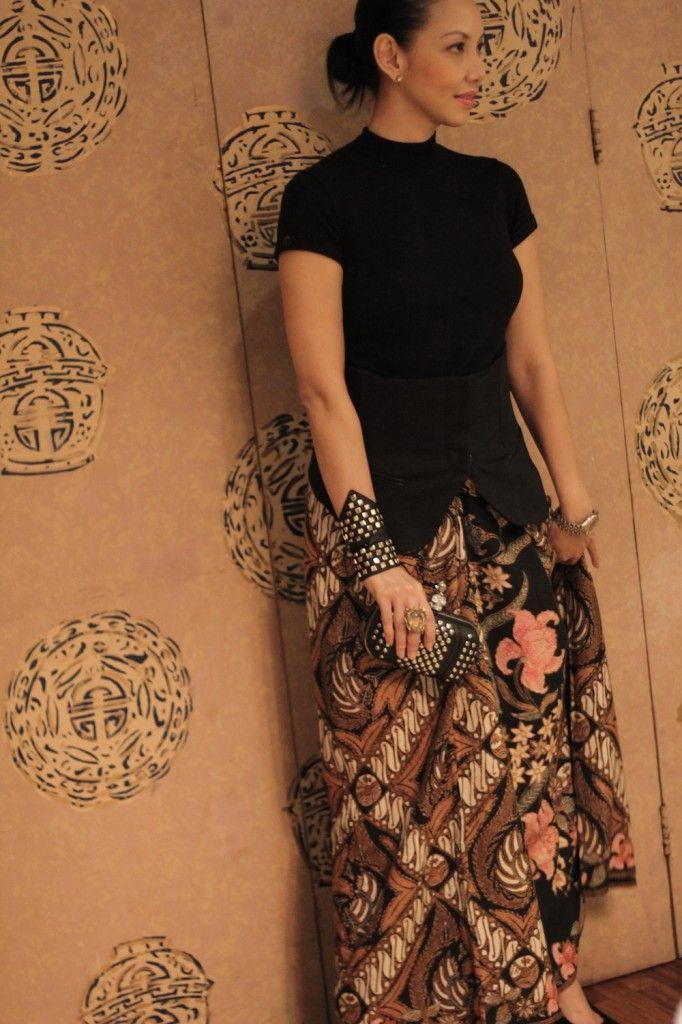 Modern way to wear batik keren gelangnya  Dress  Batik