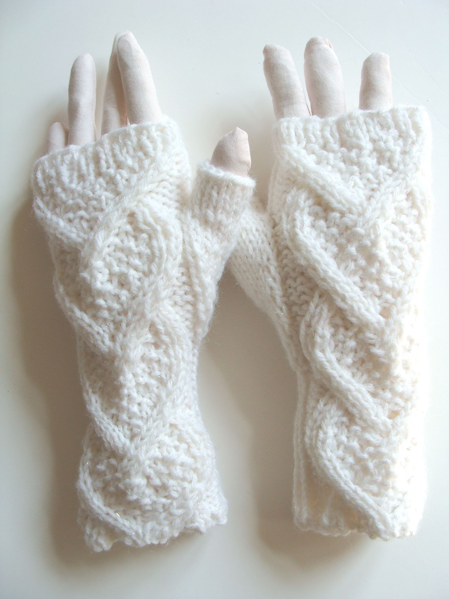 heart shape cable knitting pattern, fingerless gloves | mitones ...