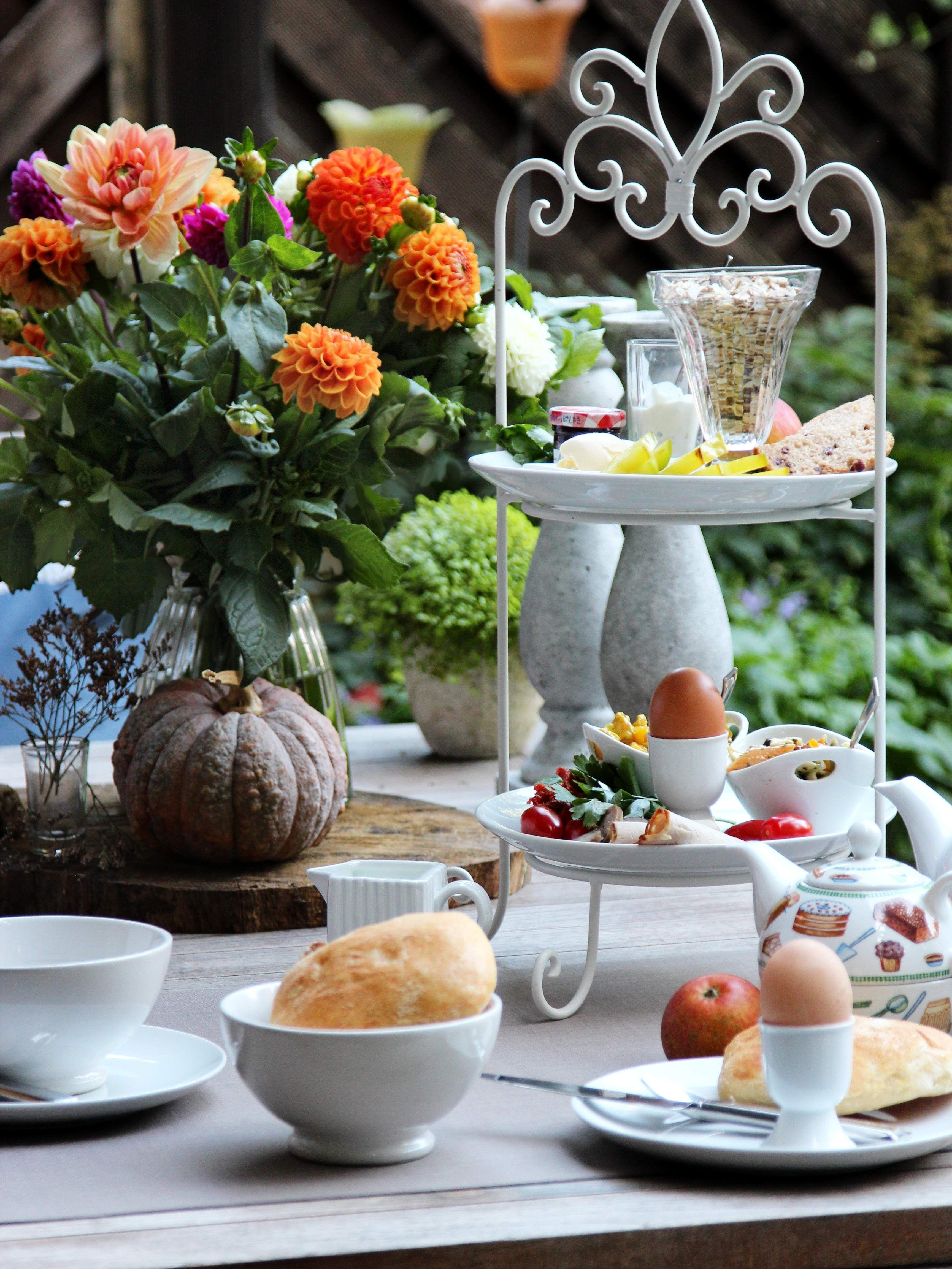 Etagere auf Frühstückstisch, gedeckter Tisch zum Frühstück #tischdekoherbstesstisch Etagere auf Frühstückstisch, gedeckter Tisch zum Frühstück #gedecktertisch Etagere auf Frühstückstisch, gedeckter Tisch zum Frühstück #tischdekoherbstesstisch Etagere auf Frühstückstisch, gedeckter Tisch zum Frühstück #gedecktertisch