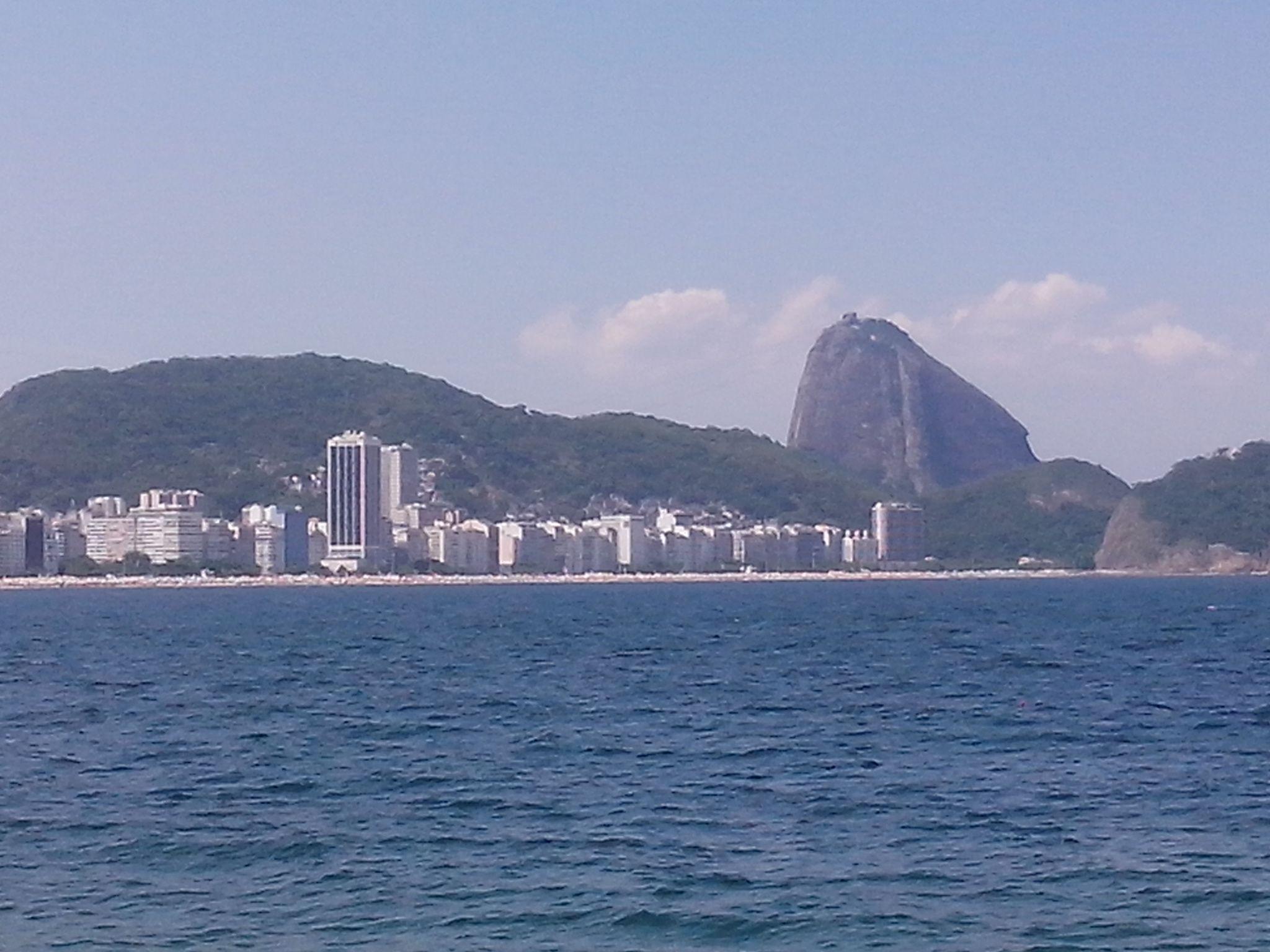 Praia de Copacabana, ao fundo o Pão de Açúcar. Foto tirada do Forte de Copacabana em 26/01/2014