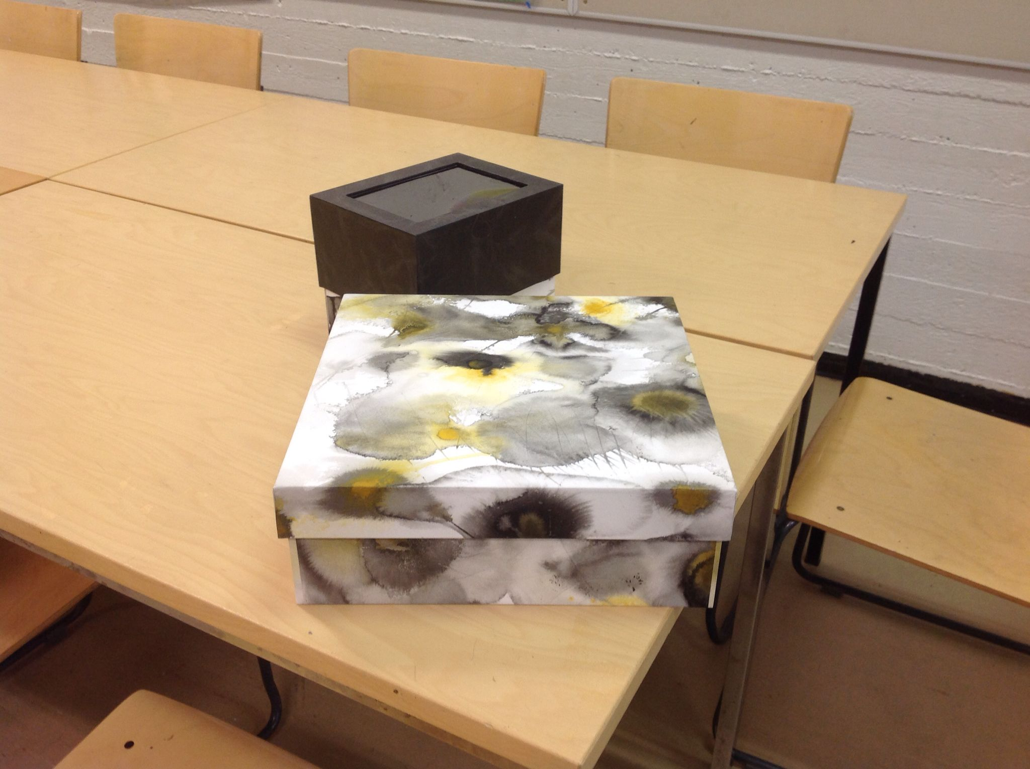 Konepahvista valmistettu laatikko, itsevärjätty paperi liquitex Inkilä la sumi Inkilä,