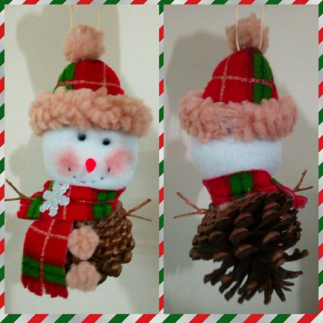 Muñeco de nieve para colgar del arbol, hecho en una base de piña de ...