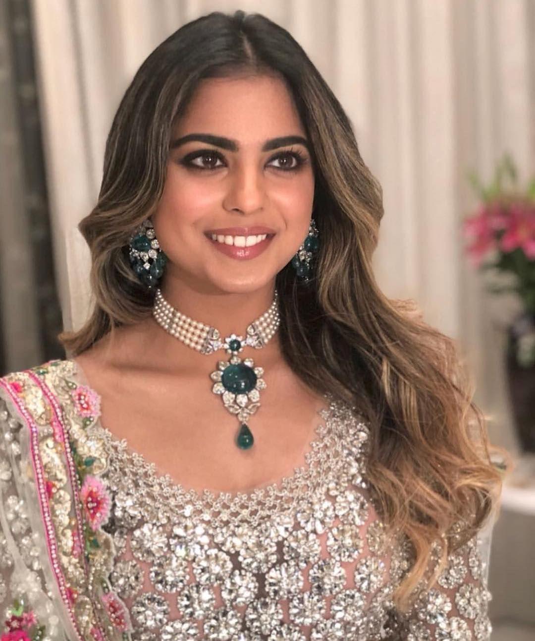 Wedding Guest Small But Impactful Jewellery Is The Way To Go Akustoletheshlo Ambaniwedding Anitilia Vardannayak