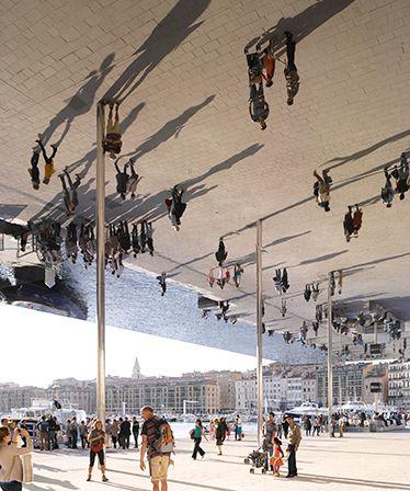 pavilhão para eventos no porto velho de marselha (2013), com sua cobertura reflexiva, projeto de foster + parteners