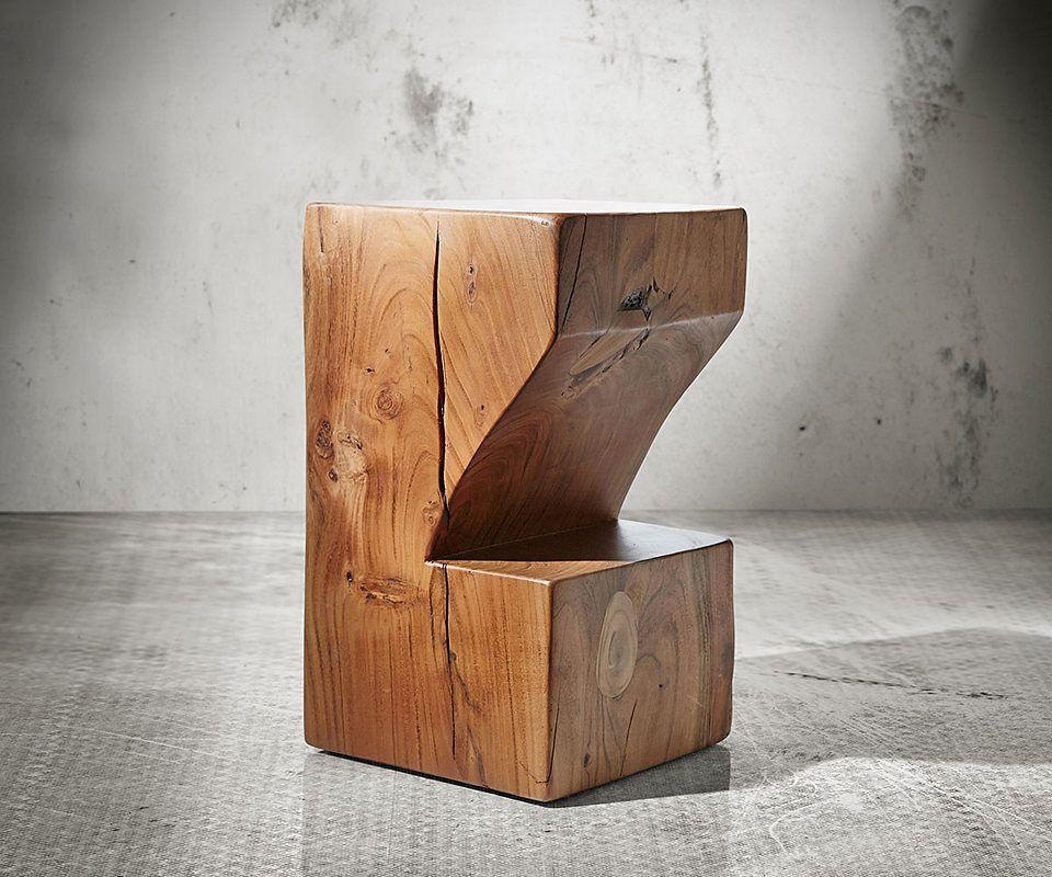 In individuellem Design präsentiert sich der Barhocker Blokk und erschafft eine loungige Stimmung im heimischen Umfeld. Der Tresenhocker besticht mit massiver Konstruktion aus Akazienholz und zeigt einmalige Unregelmäßigkeiten natürlichen Ursprungs.