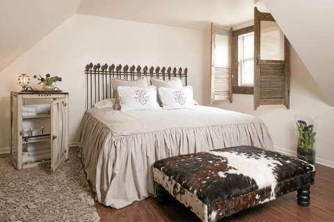 Photo of SOVEROM: Det tredje soverommet i gårdshuset har en rustikk og landlig stil.