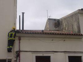 Bombeiros ajudam gata a sair de telhado onde estava encurralada