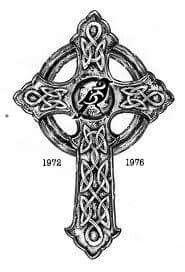 Tatouage d\u0027une croix celte avec le signe astrologique celtique du roitelet  (Wren) au centre.