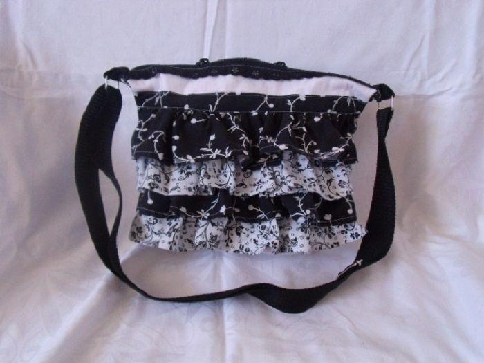 Kabelka-černo bílá Kabelka ušitá z kanýrků vyztužená-krásně drží tvar na zadní straně dvě kapsičky zapínání na zip ucho se dá zkrátit,nebo prodloužit praní na 30 velikost 32x25
