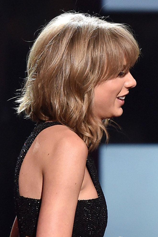 Le carré long frangé de Taylor Swift | Carré plongeant long
