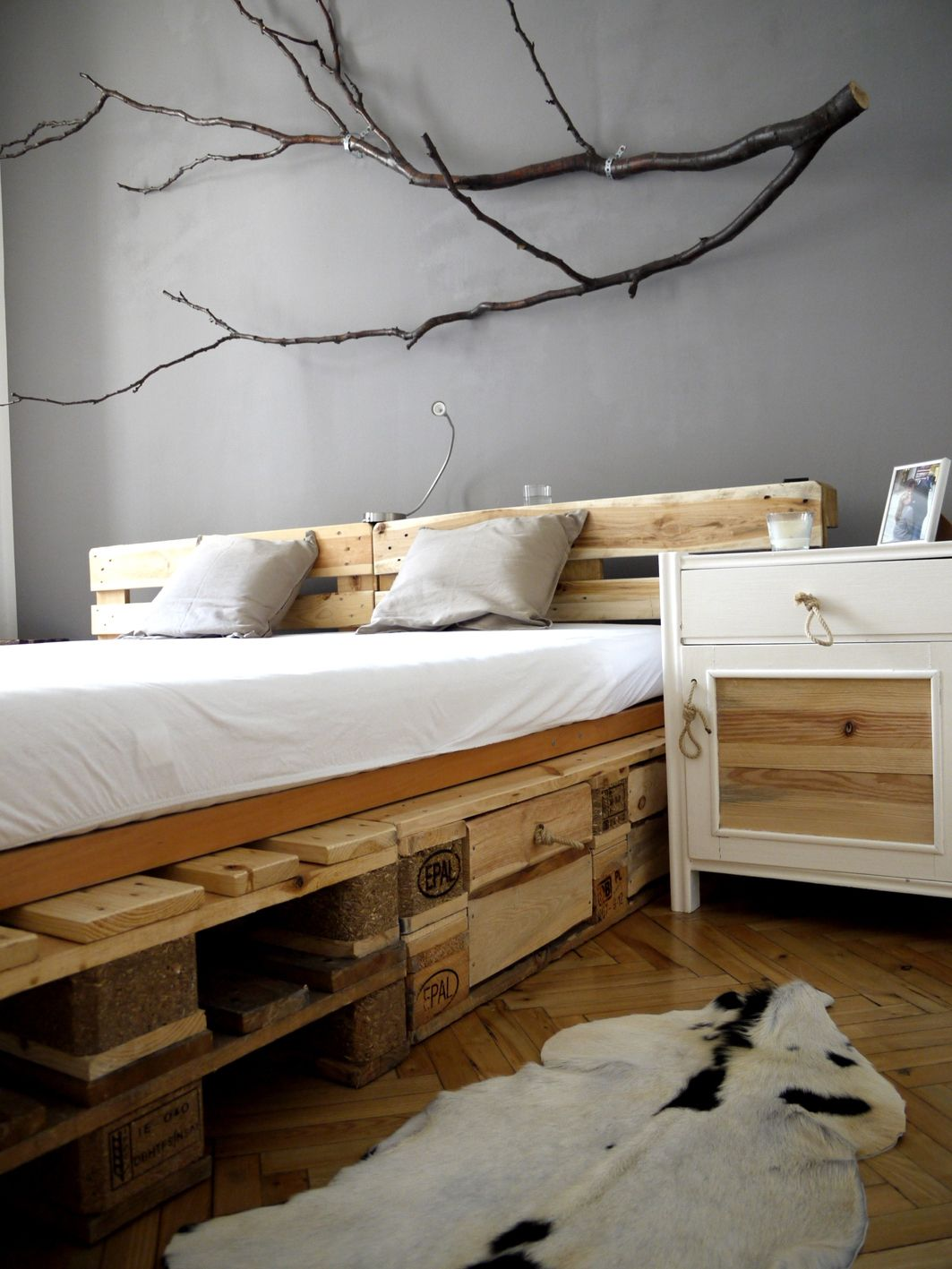 Pallet bed i love the tree branch too crafts pinterest