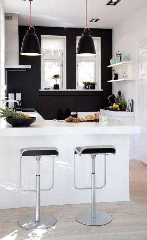 Un mur noir ou anthracite autour des meubles de la cuisine