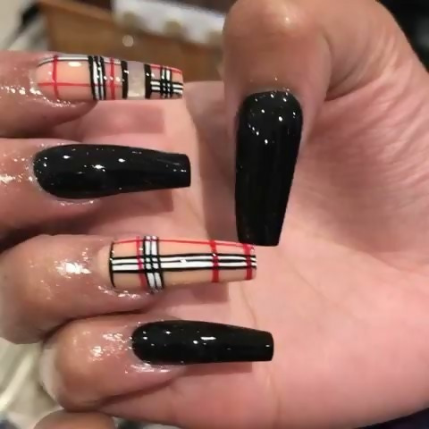 Encontre Este Pin E Muitos Outros Na Pasta Nail Art Designs De Nail Designs In 2020 Black Acrylic Nail Designs Burberry Nails Black Acrylic Nails