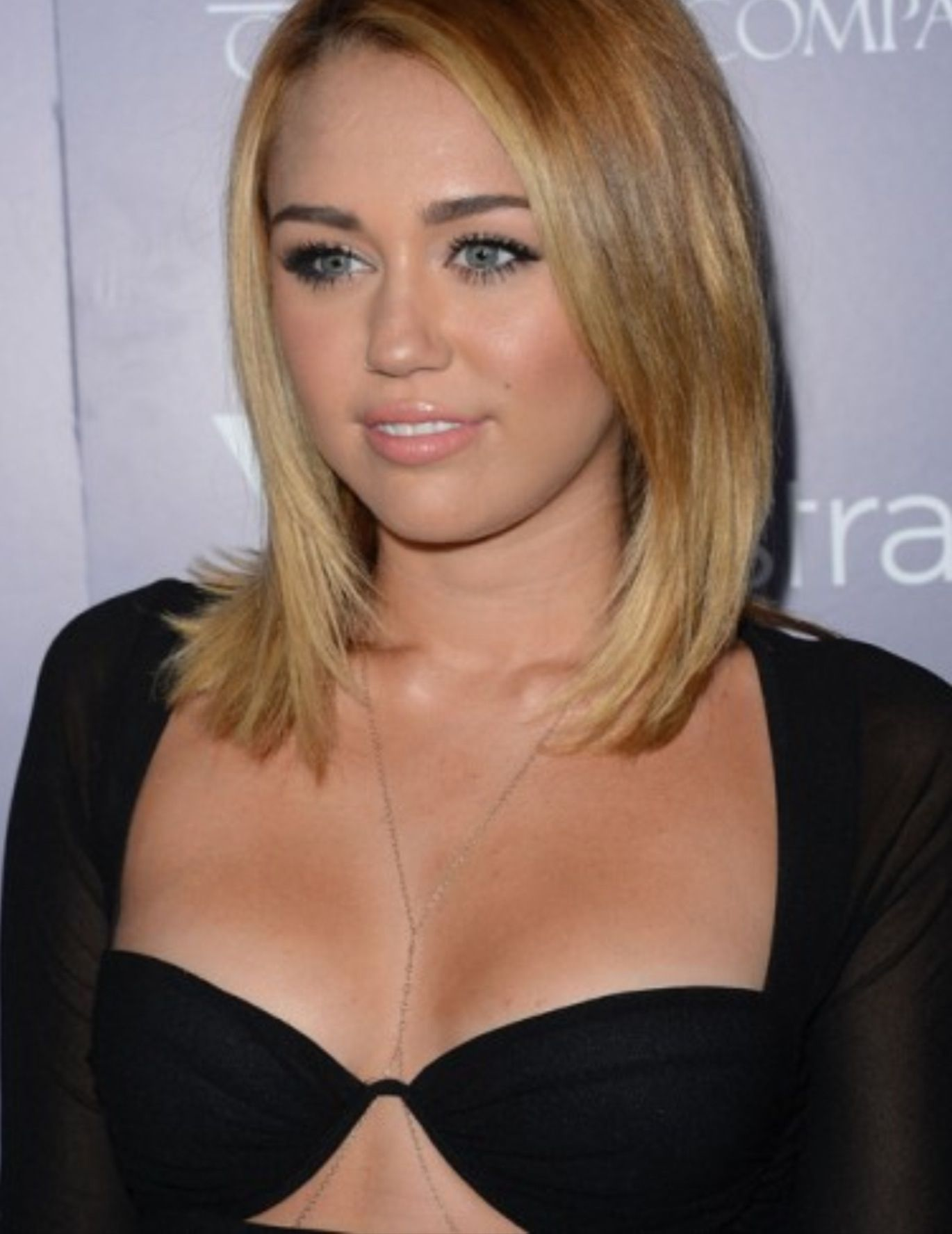 Miley Cyrus Mid Length Hair With Images Miley Cyrus Long Hair Miley Cyrus Hair Miley Cyrus Brown Hair