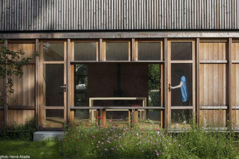 Maison bois contemporaine en parfaite relation avec la nature en île - entree de maison contemporaine
