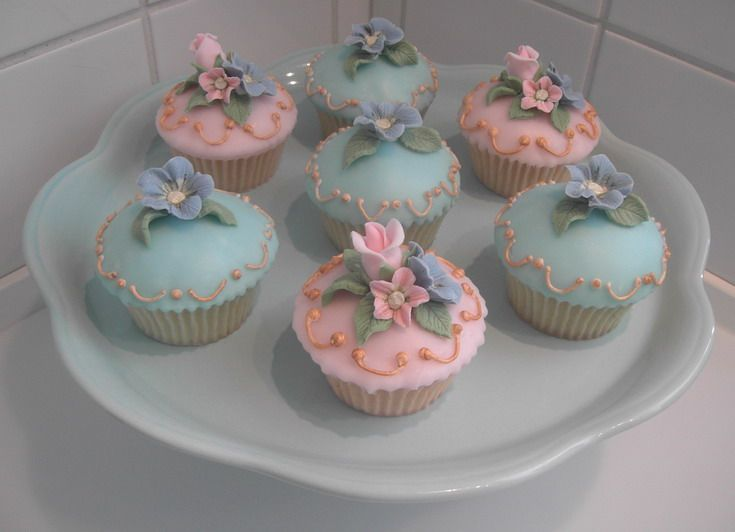 Cake Decorations With Icing Sugar : Cupcakes with fondant icing - Decorated with fondant icing ...
