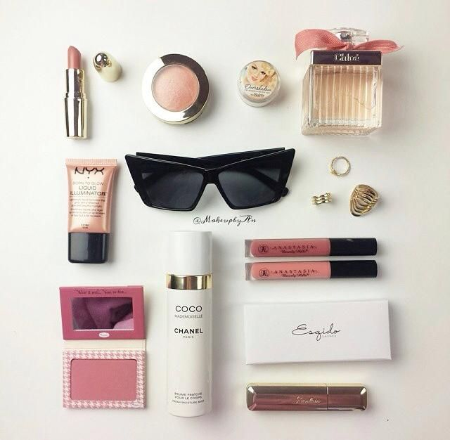 O iluminador líquido Born to Glow na cor Gleam está entre os produtos que a blogueira @makeupbyan ama