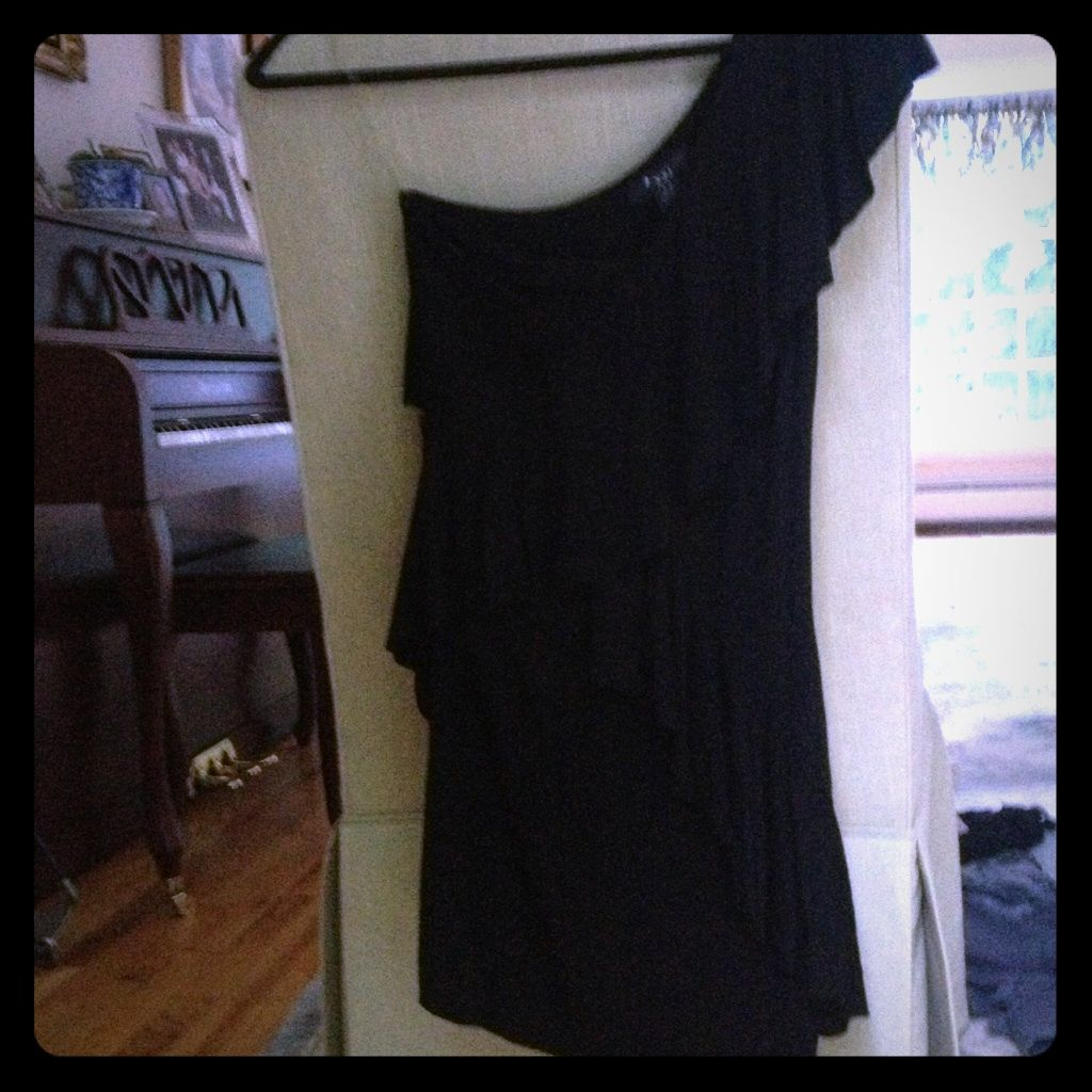One sleeve tight black dress no trades products