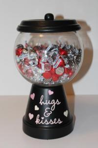....um vasinho com o pratinho, um globo, cola, tinta e um puxador pequeno de gavetas....