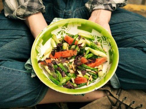 gr ner spargel salat mit wassermelone pinienkernen und. Black Bedroom Furniture Sets. Home Design Ideas
