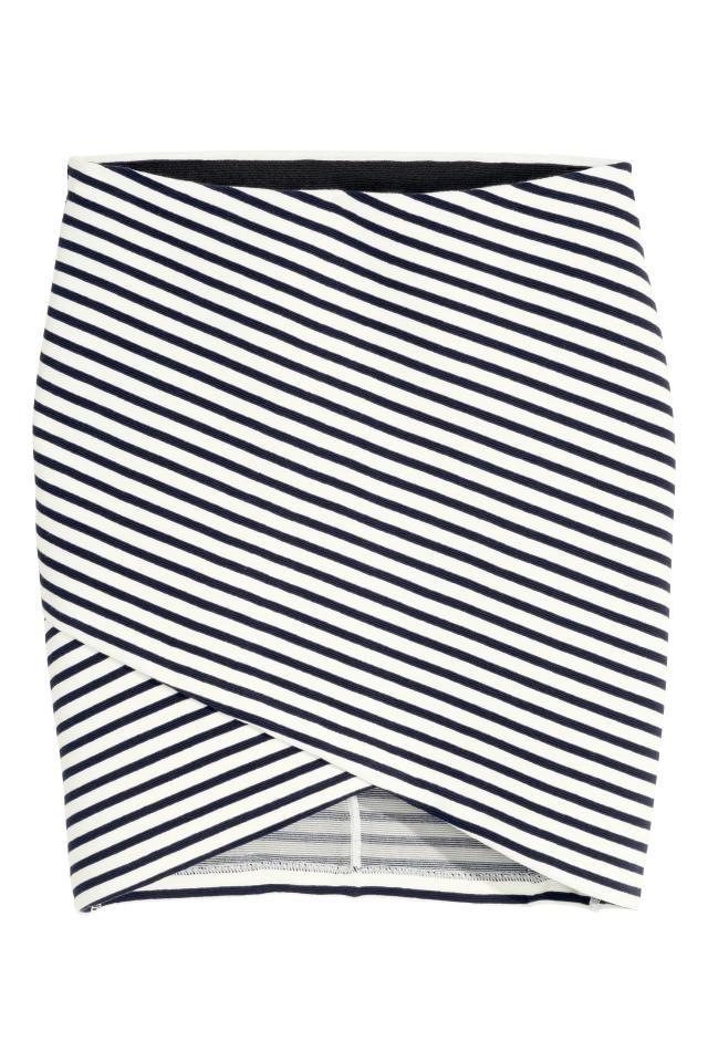 c49a91f00 Falda cruzada: Falda corta y entallada en punto con textura. Sección ...